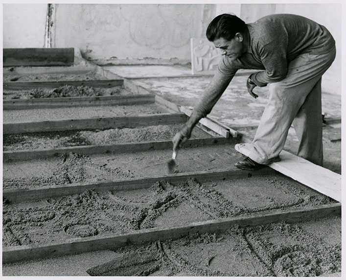 Nivola sculpting the sand in the forms, circa 1960
