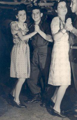 VC013611 - VJ Day dancing